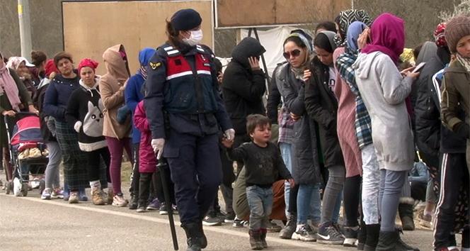 Kadın komutan mültecilerin gönlünü fethetti