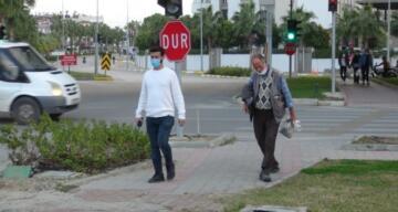 Engelli kardeş dilenciler, polisi görünce yürümeye başladı