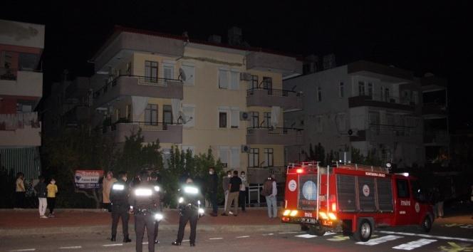 Fayansları birdenbire gürültüyle çöken binada oturanlar sokağa döküldü