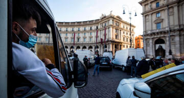 İtalya'da son 24 saatte 36 bin 176 yeni vaka