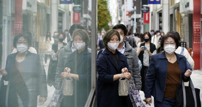 Japonya'da yeni Covid-19 dalgası hükümete geri adım attırdı