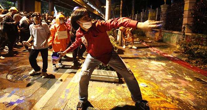 Tayland'da monarşi karşıtı protestocular polisle çatıştı: 55 yaralı